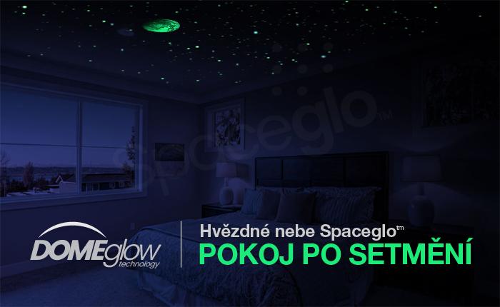 Pokoj se svítícími hvězdičkami ze Spaceglo.cz v noci