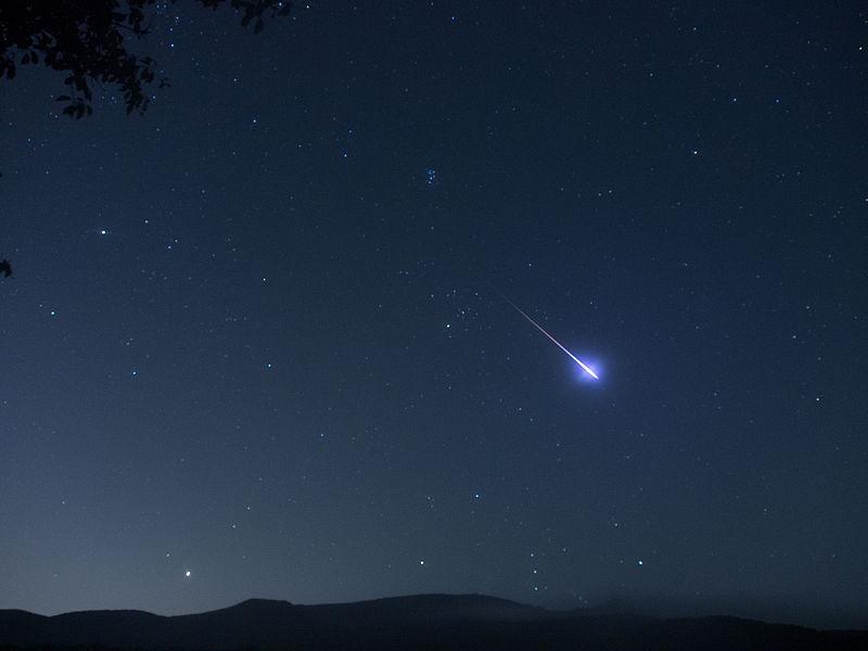 Jasně zářící meteor je bolid. Perseidy.