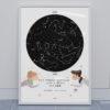 Svítící hvězdná mapa životního okamžiku ilustrovaná: milenci se srdíčky v noci